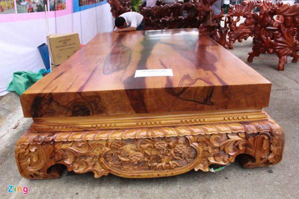 Bàn ghế được làm từ gỗ cây trắc đỏ